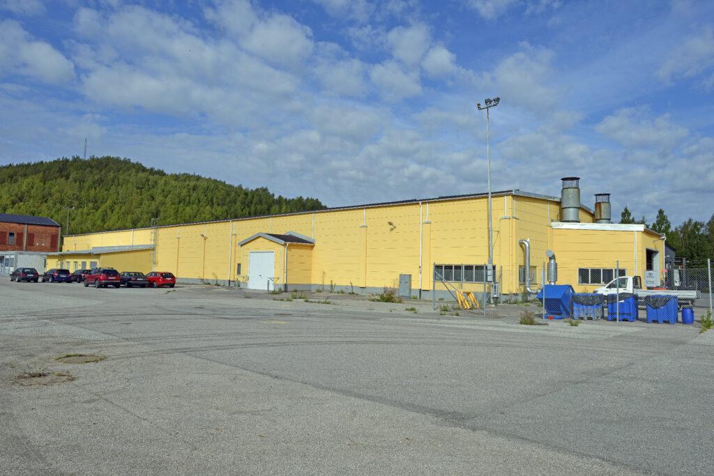 Gul industribyggnad.